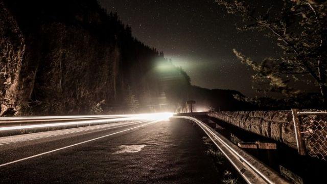 悚!凌晨高速公路時速飆110 窗外竟有顆「滿血頭顱」盯著他看