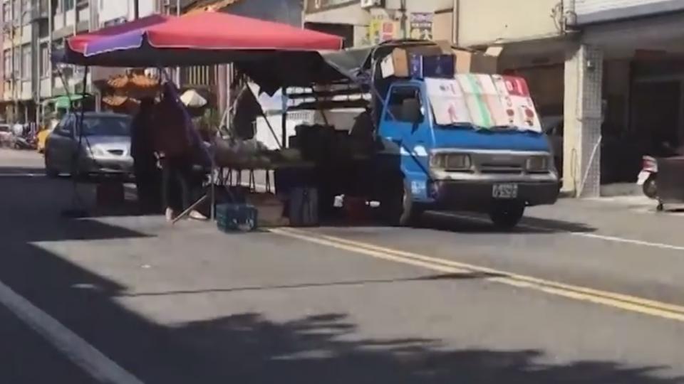 當地風情?!路中央賣水果 居民見怪不怪