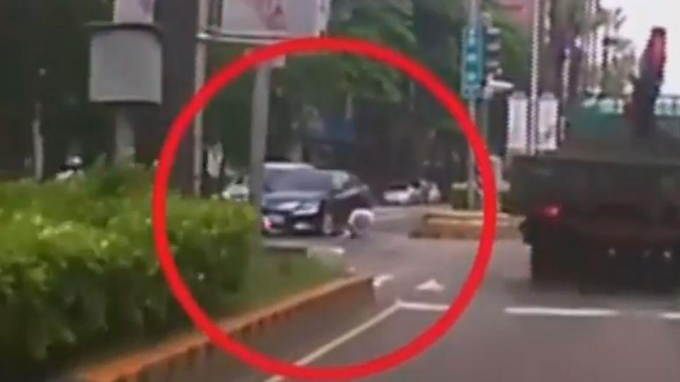 驚險!機車、汽車碰撞 一路滑對向車道險遭輾