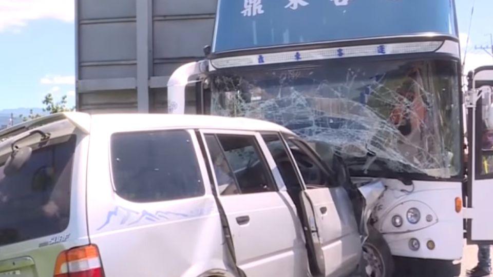 跨越雙黃線撞客運釀6傷 小客車姊妹身亡