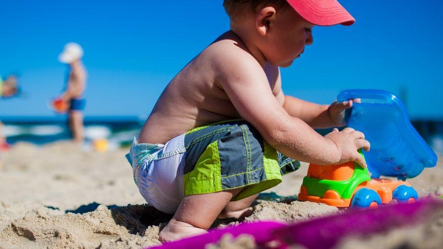 「這是妳的孩子嗎」?小兄弟拿球丟監視器 媽媽竟事不關己「滑手機」