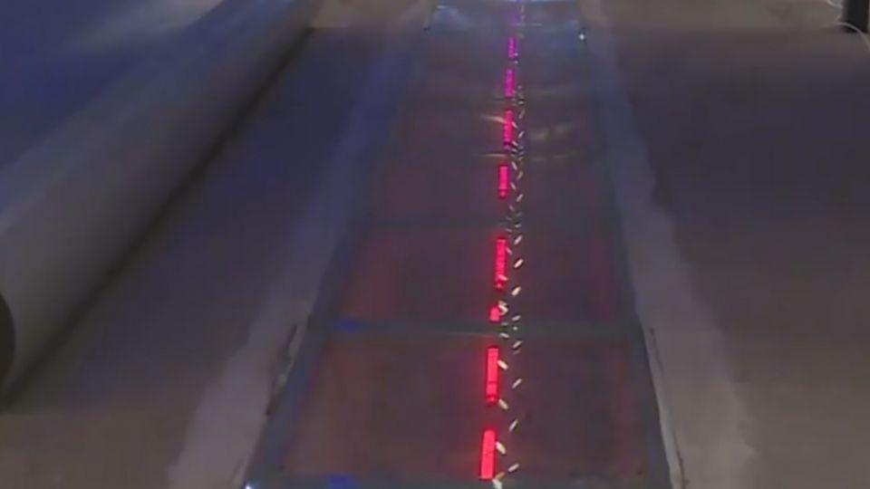 施工瑕疵! 花蓮天空步道商店街玻璃地板驚裂