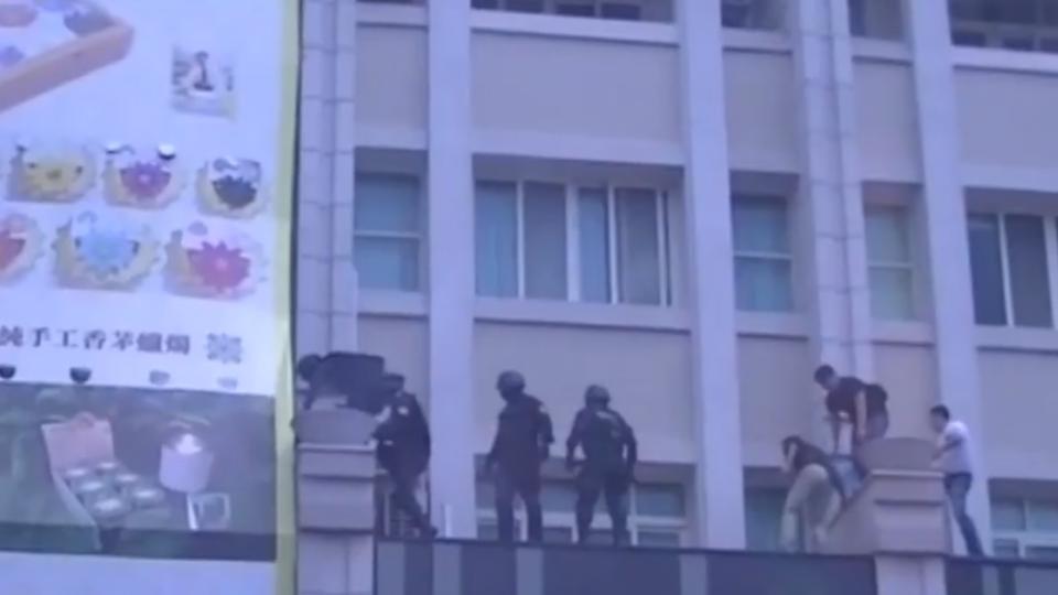 警破詐騙機房 擊破1公分厚氣密窗 逮6人