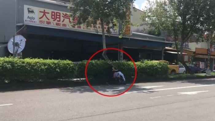 【影片】離譜!為了躲太陽…婦人竟推嬰兒車悠哉走「內車道」