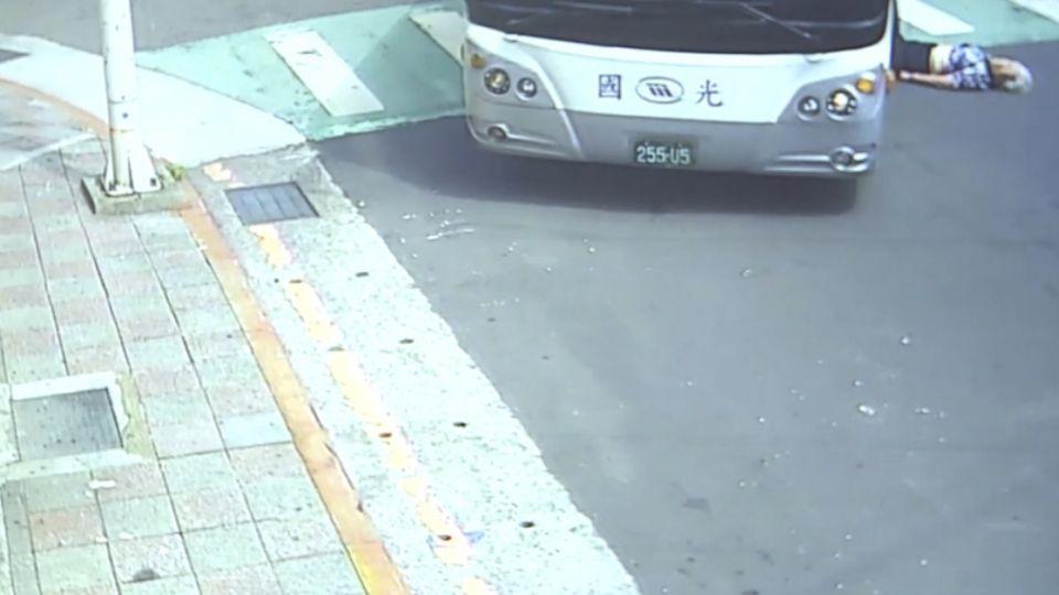 「好痛」!婦拜拜途中 過馬路遭客運輾雙腿