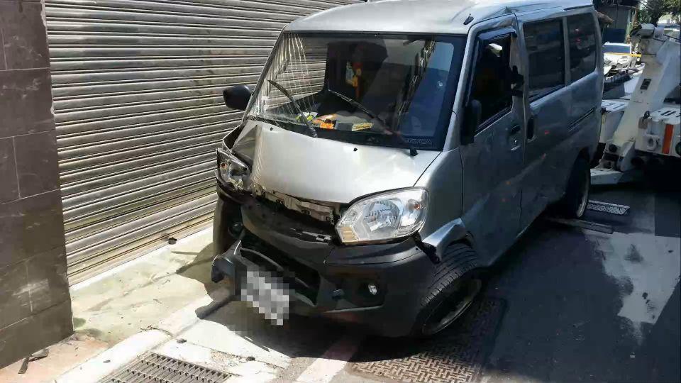 「趕上班」! 廂型車搶快闖紅燈 騎士遭撞飛亡