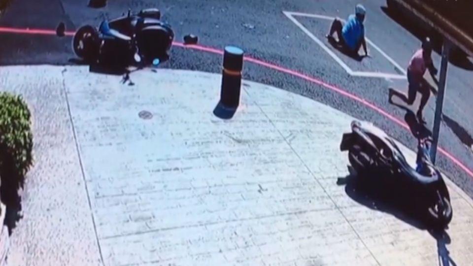 六旬女駕駛右轉釀禍 三機車撞一團