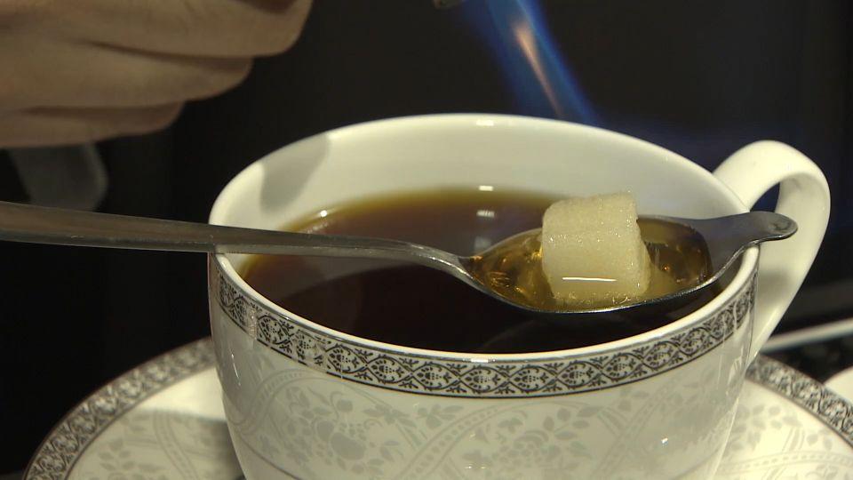 咖啡會噴火! 方糖、白蘭地高溫融化入口滑順