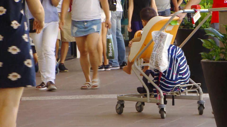 娃娃車丟一旁? 網友批家長逛街不顧嬰兒