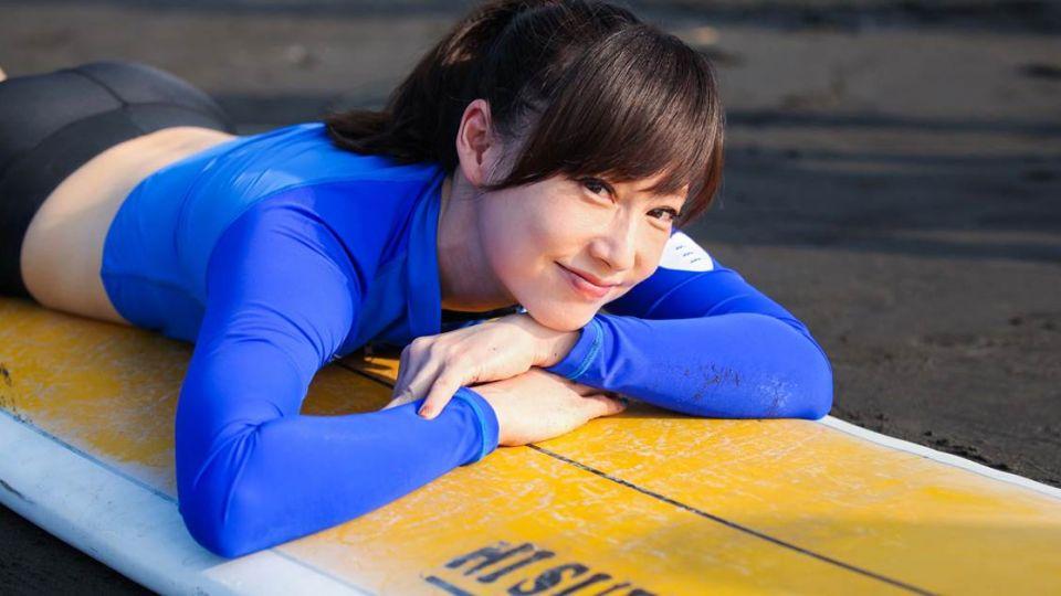 東森主播吳宇舒下海衝浪 空拍紀錄挑戰自我極限
