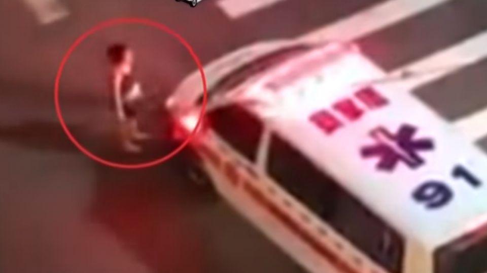 吵架揮刀!妻「雙手抱胸」擋救護車 阻夫送醫