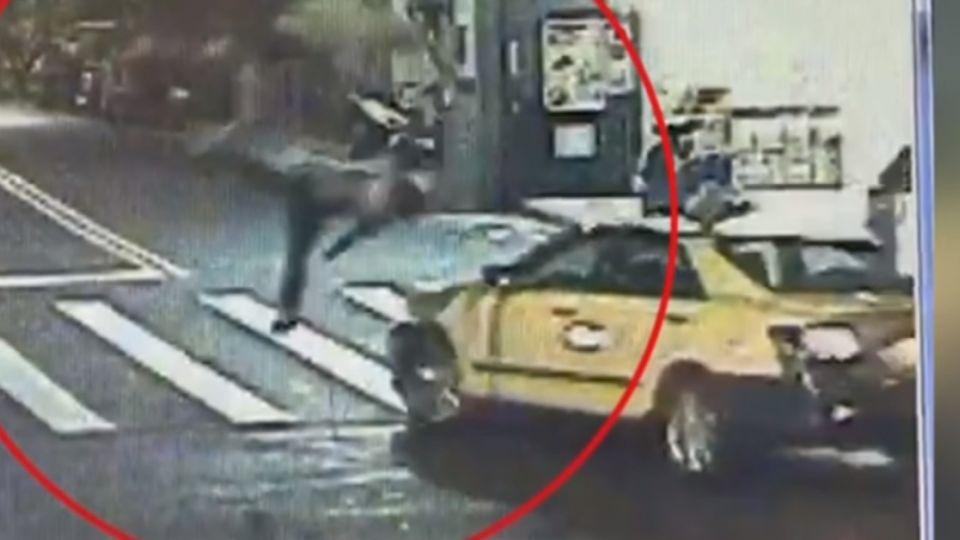 計程車左轉撞機車 騎士彈飛近一層樓高