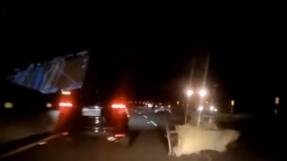 深夜國道掉2大型人偶花燈 12車連環撞