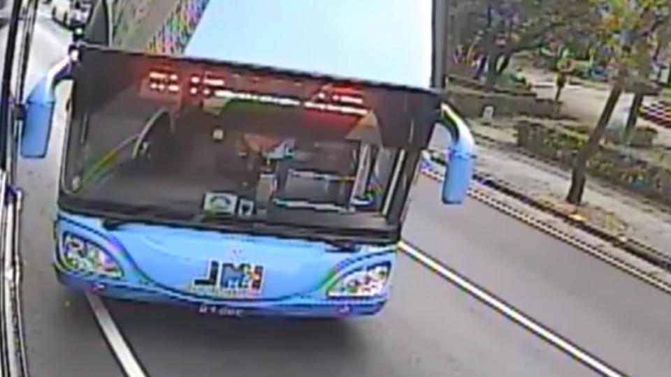 「你叫小賀喔」! 控遭客運逼車 司機敲門嗆聲