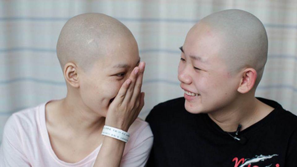 許願「再活50年」!她患血癌…閨蜜陪剃頭 薪水全幫她付醫療費