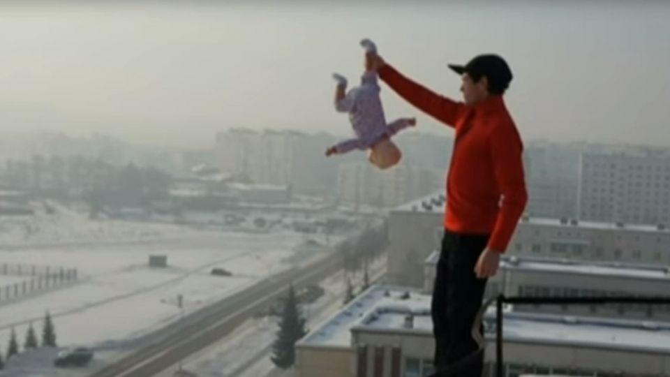 從另一個角度看世界…天台邊緣甩3月嬰 狂父:我在訓練她