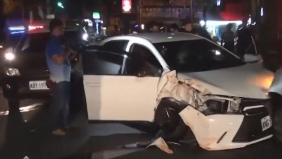 毒犯拒檢開車逃 驚險!路口急轉撞對向車