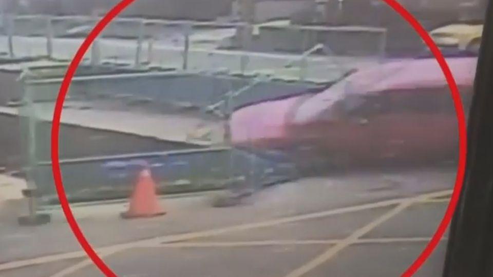 砰!遭追撞 女連人帶車掉進1.5公尺深涵洞