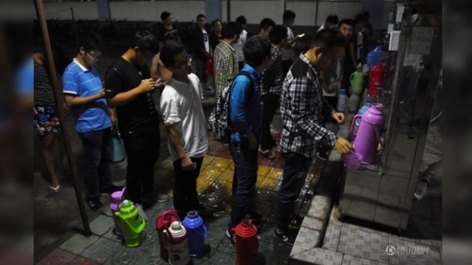 女宿停水…「暖男」手刀衝刺塞爆飲水機 排隊搶裝送學妹