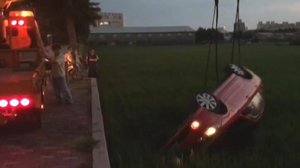 車主剛下車遭劫擄 後座女乘客驚險跳車保命