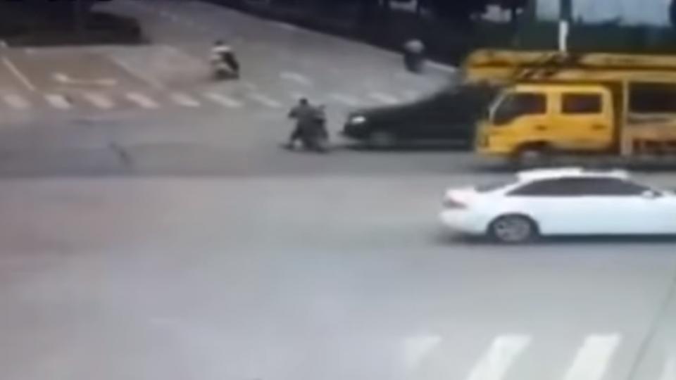 摩托車闖紅燈遭狠撞 警判「騎士全責」