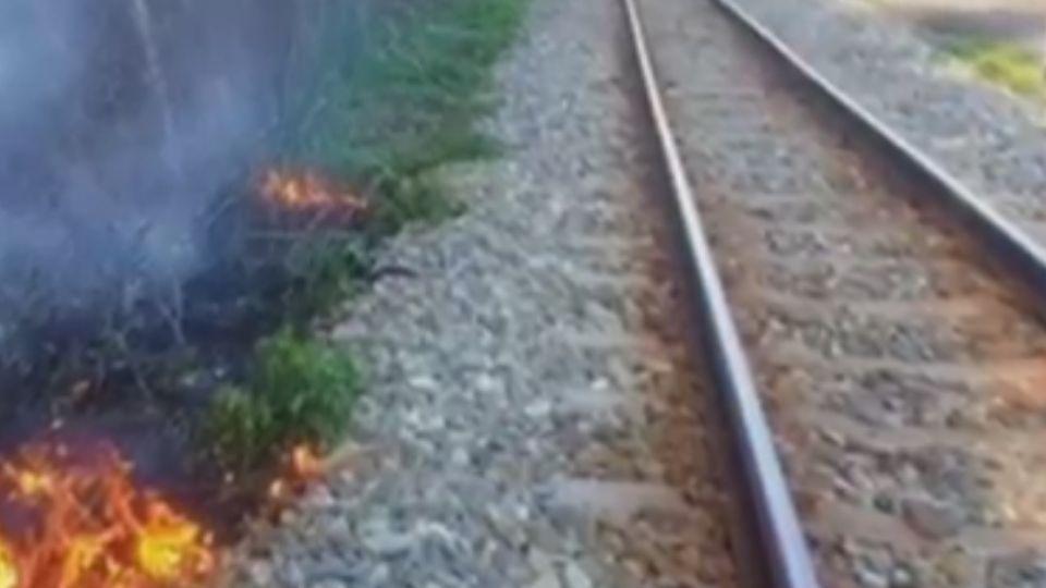 天燈亂飄難控制!墜平溪線鐵軌旁燃燒