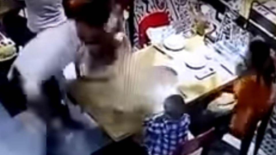 驚悚20秒!火鍋店服務生不慎腳滑 男童慘遭熱湯潑濺燙全身