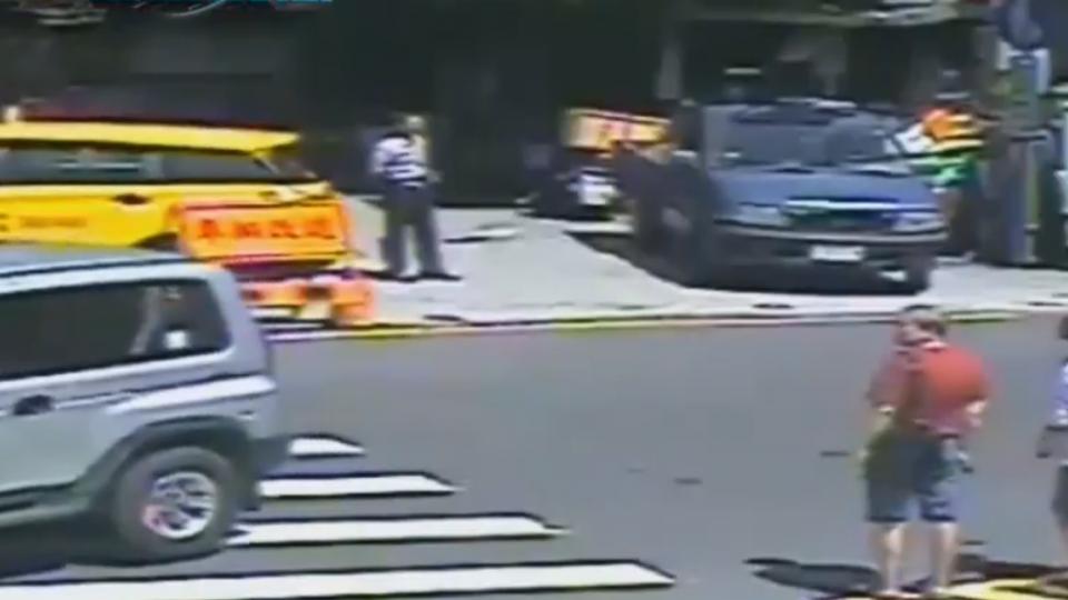 逃逸移工侵占手機 公車司機見他上車 直奔警局