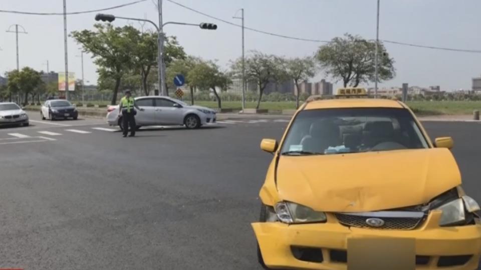 小黃路口闖紅燈 撞轎車180度旋轉3人傷