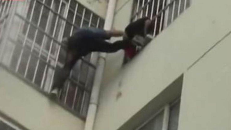 【影片】女童貪玩卡5樓窗外!海軍男徒手攀窗「一字馬」驚險救援