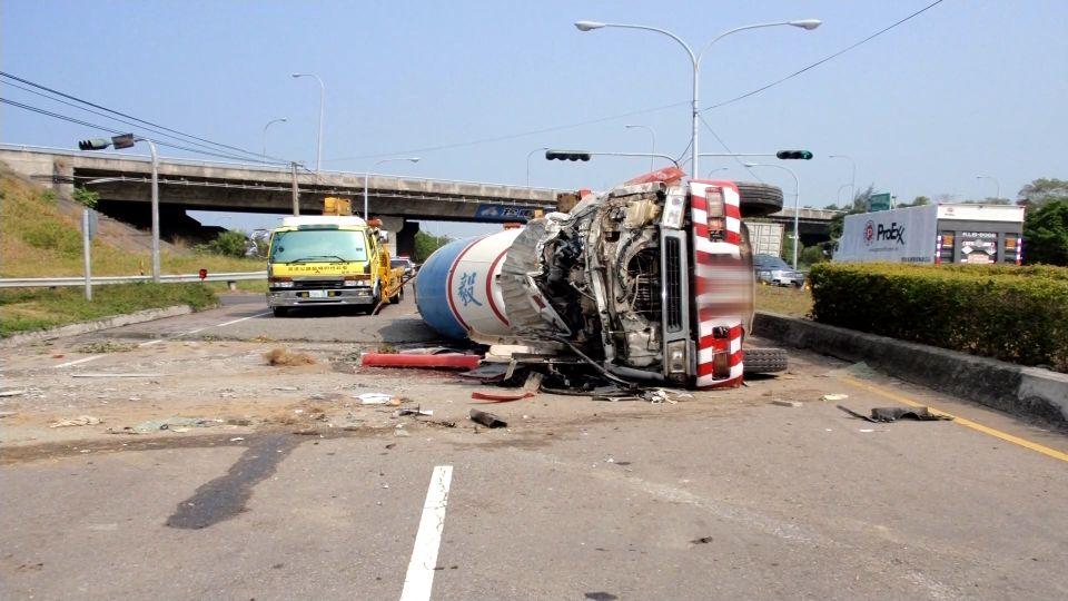 混凝土車下交流道衝出翻覆 駕駛重傷不治