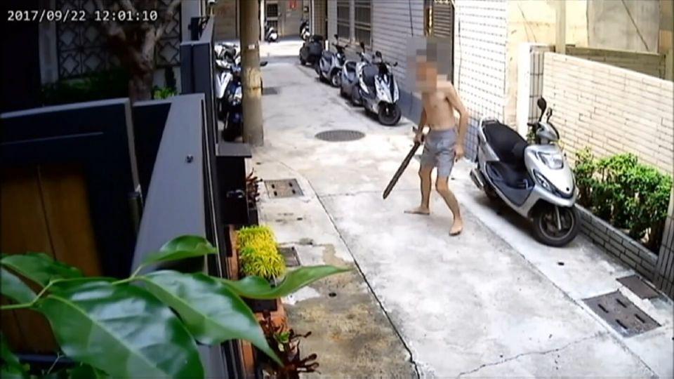 「你怎麼騎我的車」 車主衝出家門 木棍追打偷車賊
