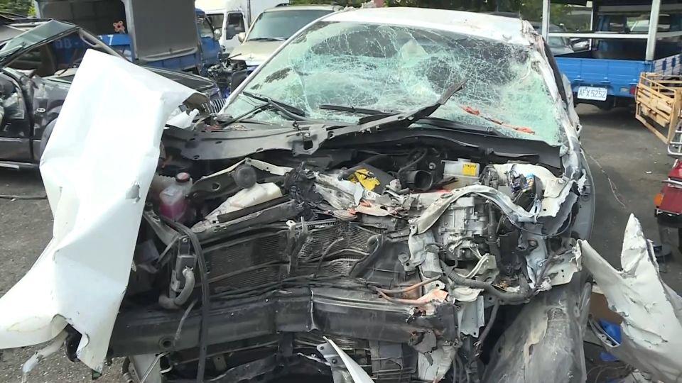 超載又酒駕! 轎車撞破民宅 磚瓦飛對向6傷