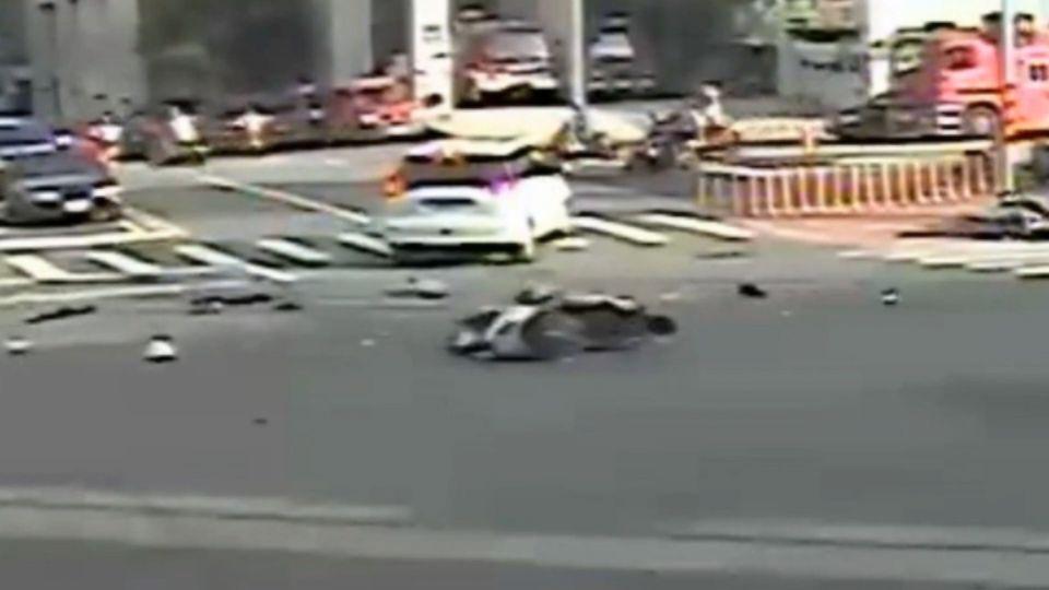 「砰」!汽機車路口對撞 騎士飛4米重摔倒地
