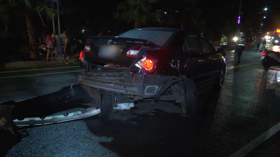 轎車疑逆向飆車撞貨車 情侶受困警消救援