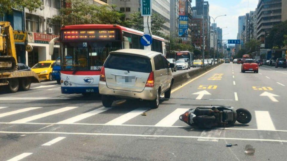 「右轉」! 女駕駛聽父指令 急轉撞機車又自撞