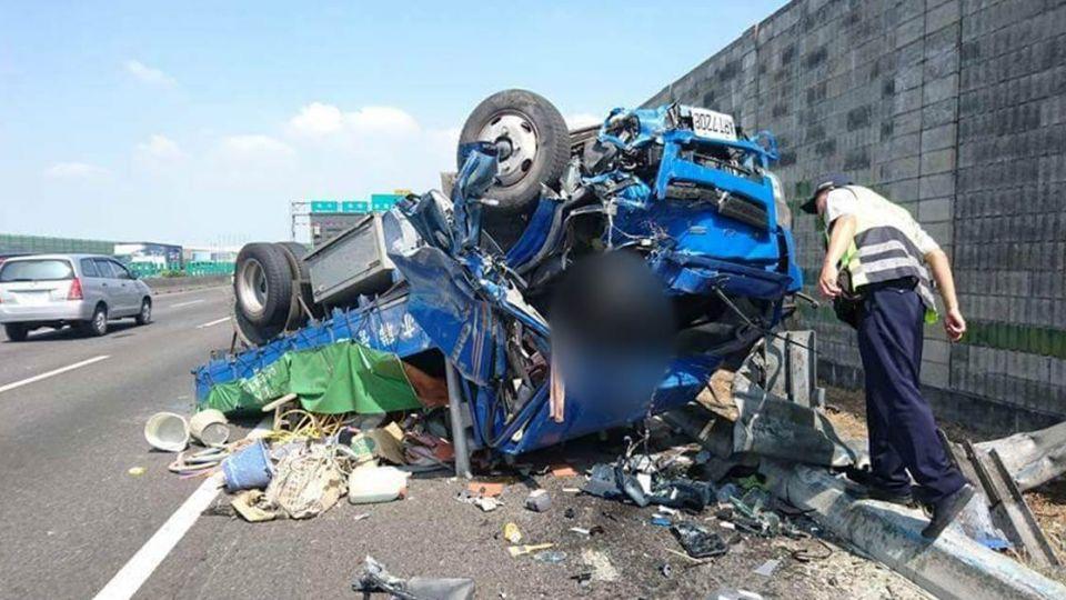 國道「50kg鑄鐵零件」彈飛對向…貨車駕駛翻車慘死 女兒PO網緝凶