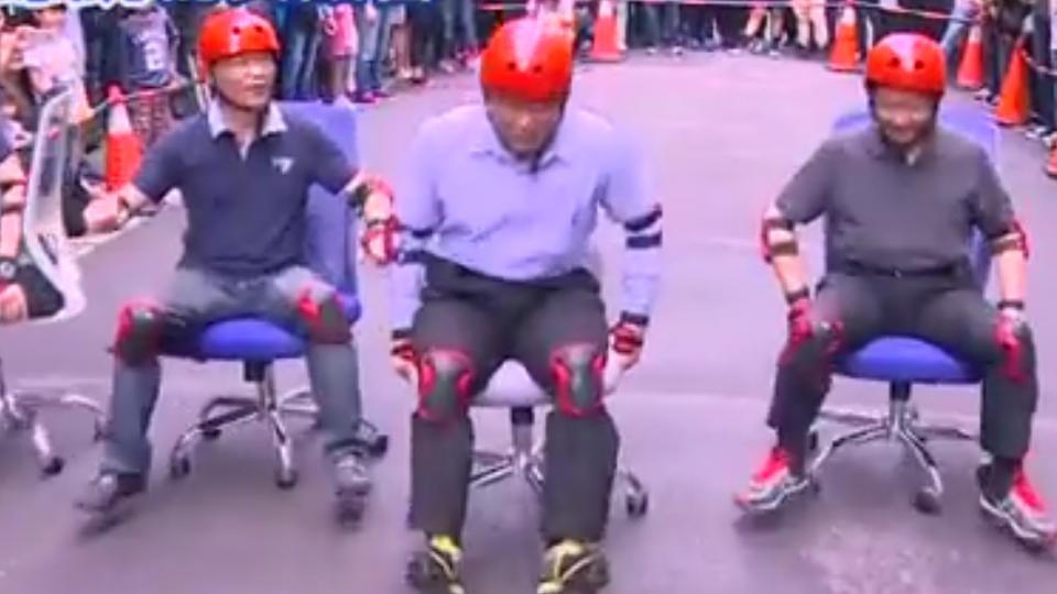 參加「辦公椅競速賽」 柯P「龜速」前進被笑翻