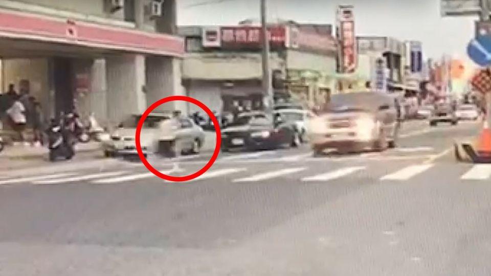悚!12歲國一生穿越馬路 遭休旅車衝撞彈飛