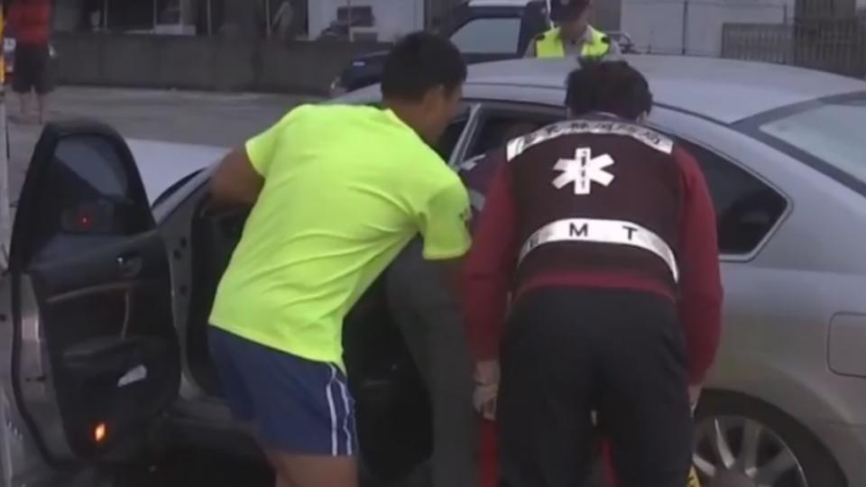 嘉義開車到台東找親戚 失控自撞號誌桿5傷