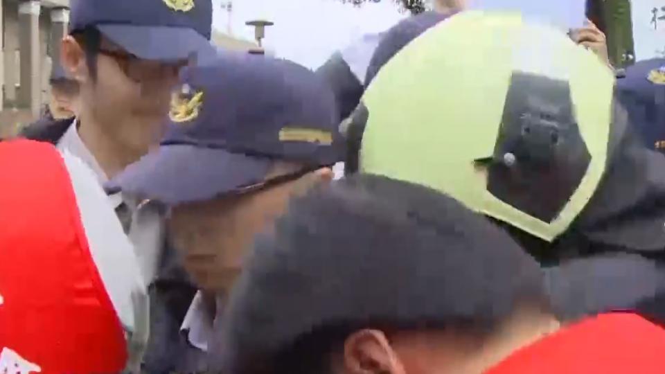 賴揆改口「捕蜂抓蛇做功德」 消防隊員抗議