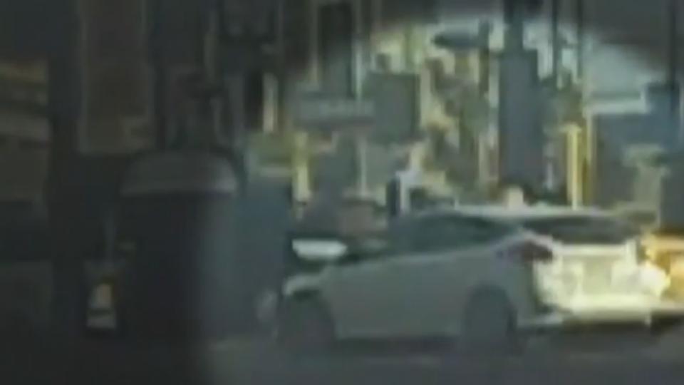 小黃闖紅燈撞車再毀機車 騎士驚險跳車逃
