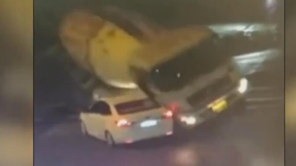驚險!水泥車側翻打滑 壓扁轎車釀2死1傷