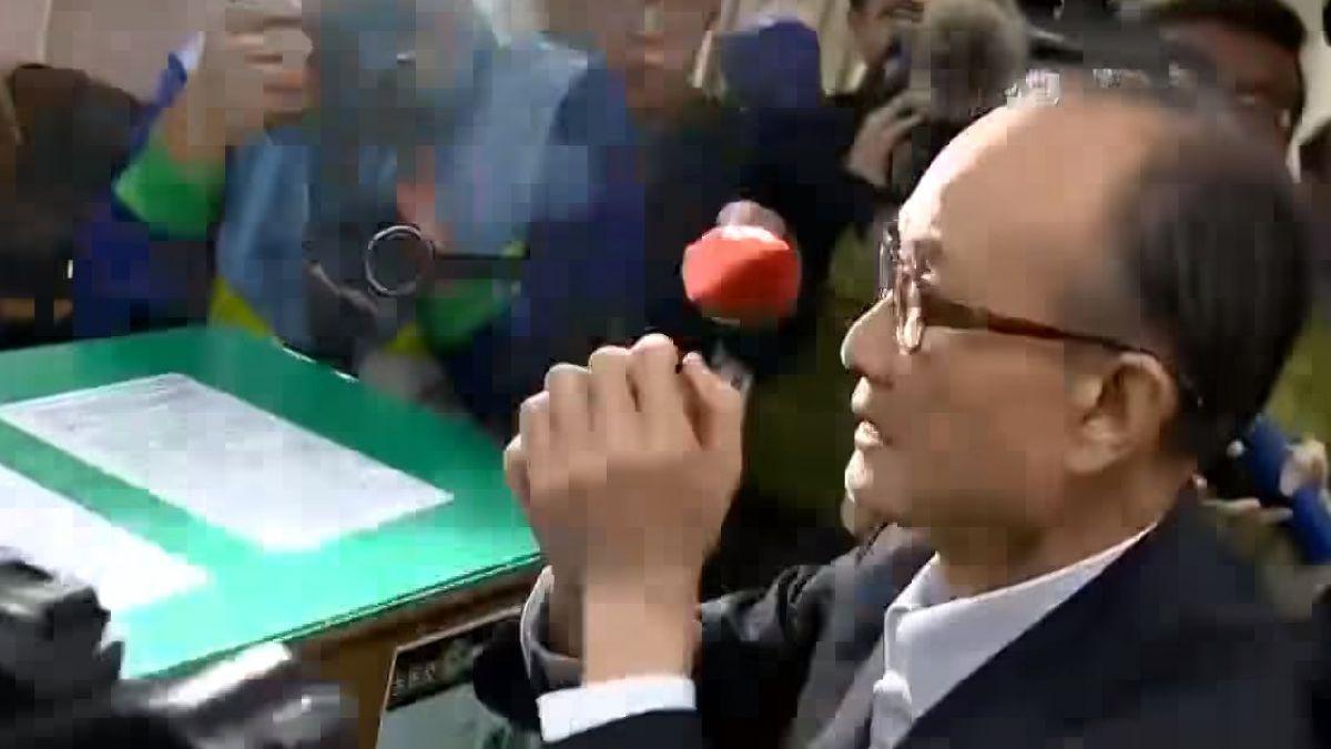 趙藤雄5.5億天價交保 首日簽到握拳說謝謝