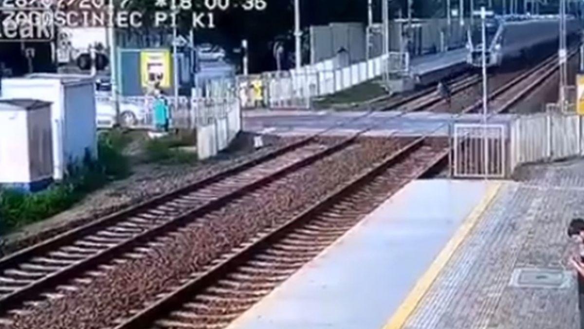 【影片】火車一來…女子手刀衝平交道 高速撞飛超驚悚