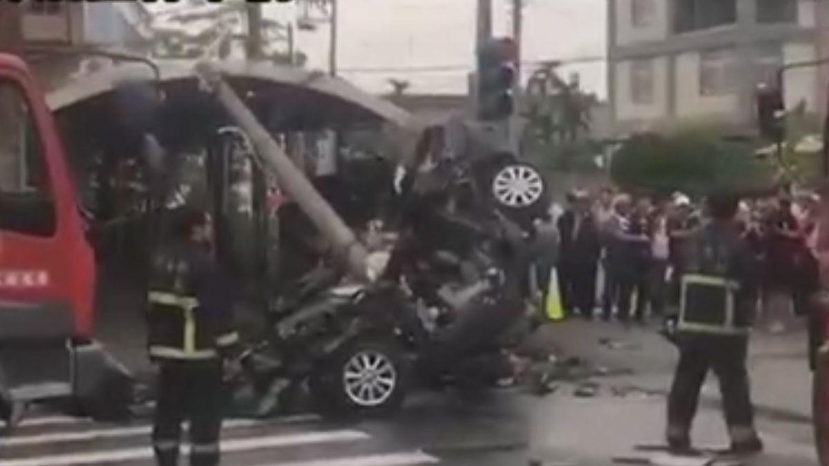 轎車對撞砂石車再撞電桿 駕駛救出無生命跡象