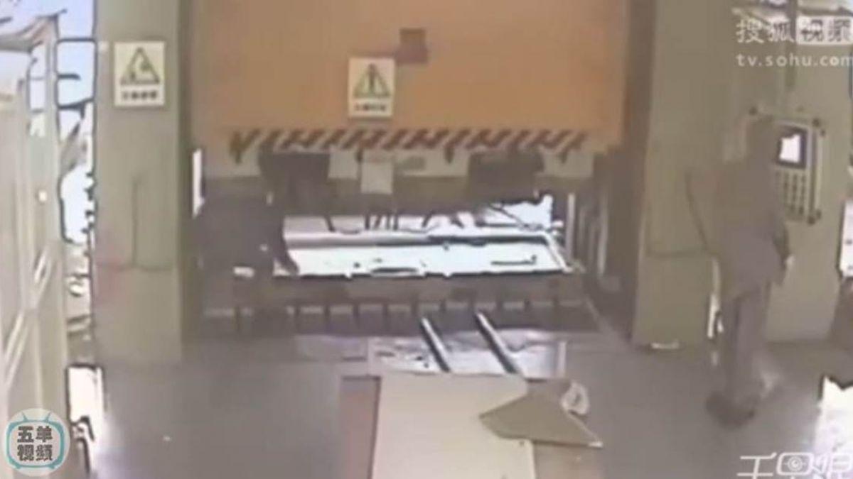 【影片】工人東西放完秒按液壓機 同事「跪地折腰」變肉餅慘死