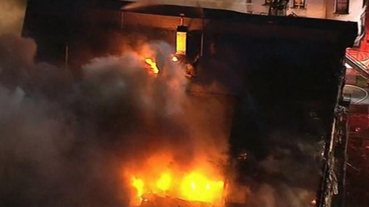 強風助燃!紐約住宅大樓火警濃煙竄天 250名消防員灌救