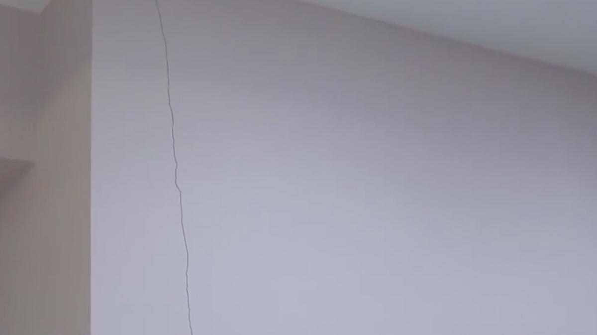 樓上住「索爾」? 三聲巨響牆壁竟出現超深裂痕