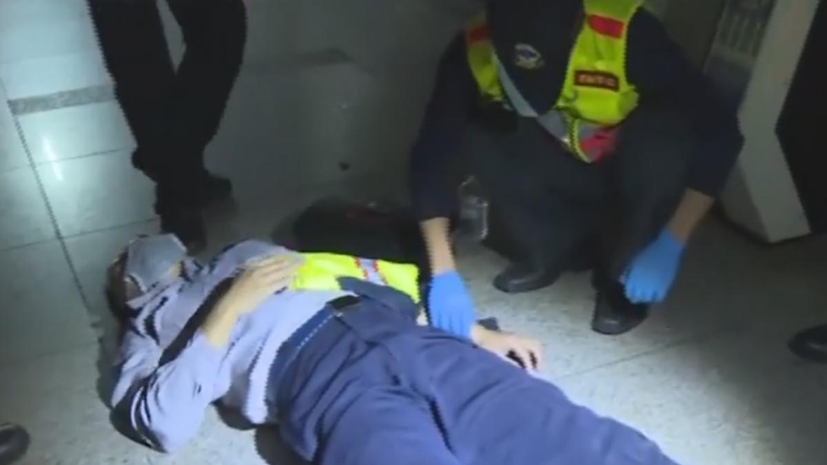 醉漢遭盤查失控 拉扯奪警棍打傷2員警